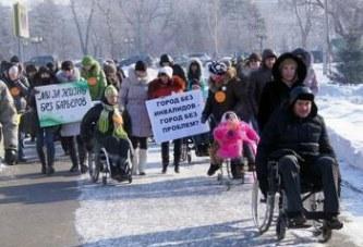 Чиновники пересели в инвалидные коляски