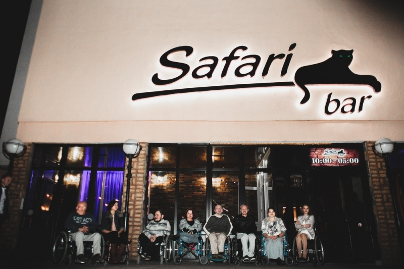 """Отдых колясочников в баре """"Сафари"""""""