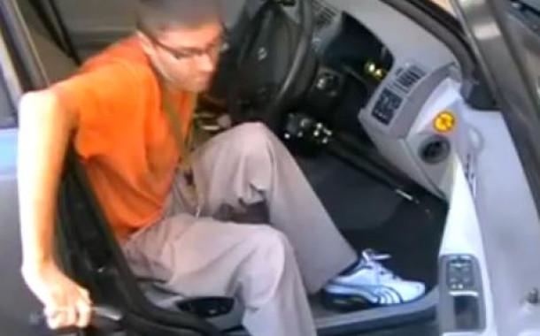 Шейник пересаживается в автомобиль